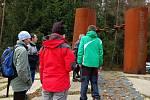 Několik Chebanů se setkalo u památníku Obětem železné opony ve Svatém Kříži.