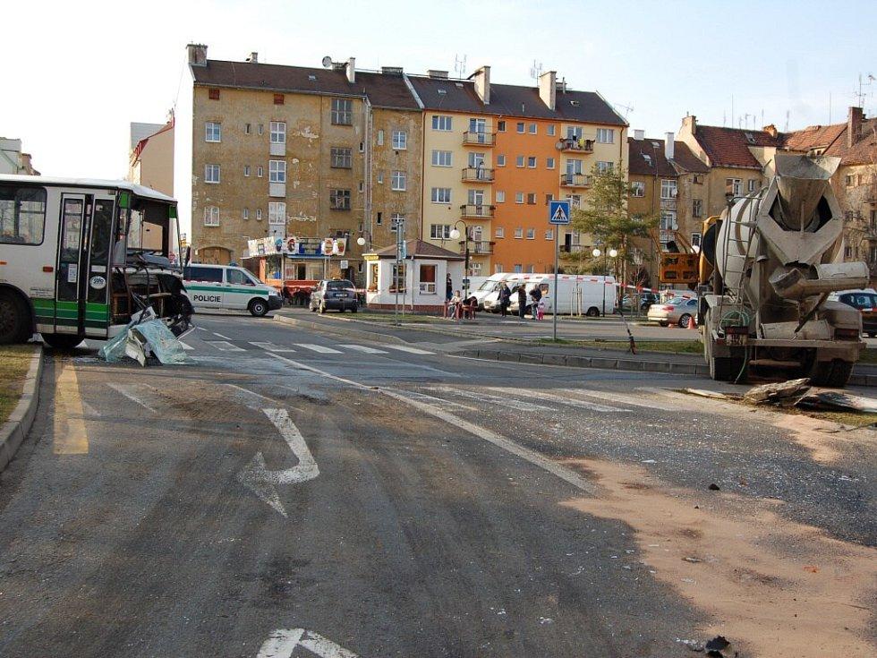 Tragická dopravní nehoda na Evropské ulici v Chebu. Řidič Tatry zemřel v chebské nemocnici