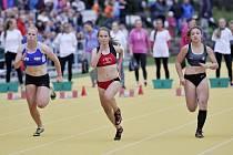 Starší žákyně Kateřina Jarošová (na archivním snímku uprostřed) se v poli šestnácti sprinterek umístila na sedmém místě.