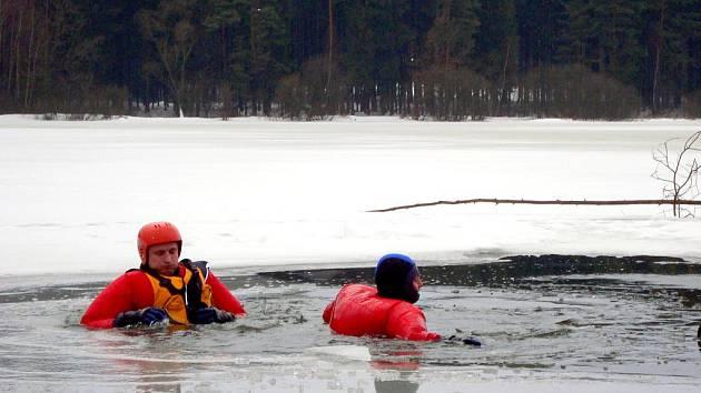 HASIČI se při výcviku dobrovolně ponořili do ledové vody, aby je kolegové mohli zachránit.