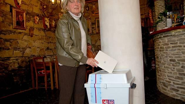 V nejzadluženější obci Prameny odvolila v mimořádných volbách i Olga Čonková.