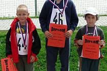 DRUHÁ třída chlapci – celkové pořadí:  1. Slávek Strmiska (uprostřed), 2. František Švagr (vlevo), 3. Martin Hrdlička (vpravo).