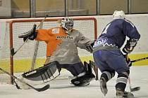 SOUBOJ  o čelo tabulky krajské hokejové soutěže přinesl v Chebu dramatickou podívanou.  Trstěničtí byli po nerozhodném výsledku po základní hrací době na samostatné nájezdy šikovnější než hráči HC Stadion  a zvítězili tak 7:6.