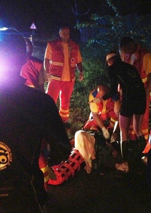 Chodci sraženému u Bochova neznámým řidičem zachránila život také pomoc sportovců triatlonistů z Chebu.