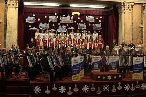 Téměř sto účinkujících potěšilo zaplněný sál Společenského domu Casino v Mariánských Lázních. Tam se uskutečnil už sedmnáctý ročník koncertu Velkého akordeonového orchestru a pěveckého souboru Skřivánci z Jihu.
