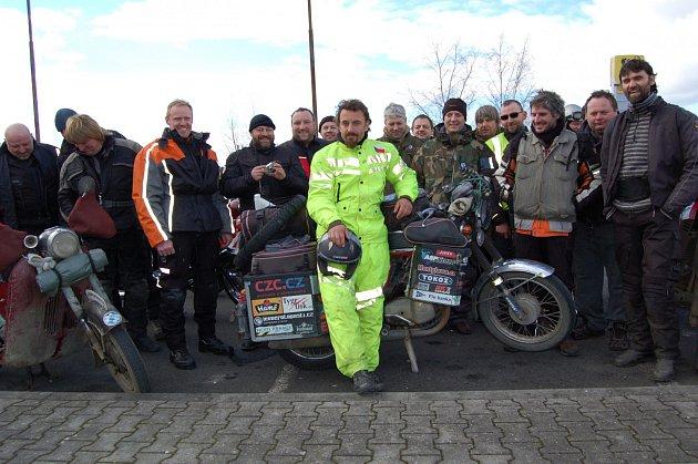 Čeští motorkáři v Pomezí vítali Jawu 350 z cesty kolem světa.