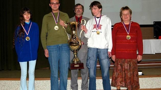 Vítězové dějepisné soutěže z roku 2006 - studenti strakonického gymnázia