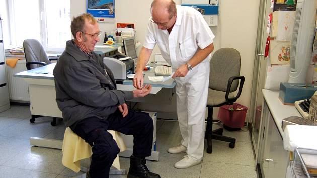 LÉKAŘE TAKÉ ZDRŽUJE VYBÍRÁNÍ POPLATKŮ od pacientů, zejména shánění drobných na vracení. Podle zákona ale musí trvat na zaplacení. Krajská nemocnice nyní přistoupila k vymáhání nezaplacených dluhů soudní cestou.