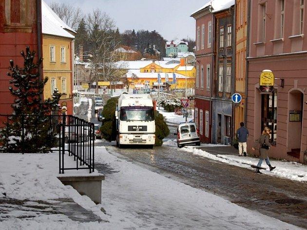 Kamion s vánočním stromem v Kamenné ulici