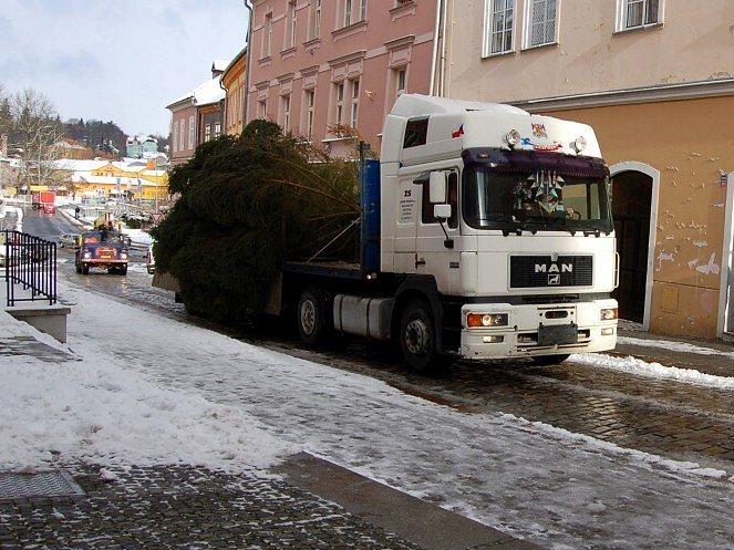 Zároveň s kamionem dorazil autojeřáb