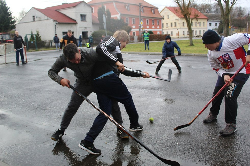 TRADICE. Oslavy příchodu nového roku se v Milíkově neobejdou bez srandamače v hokeji.