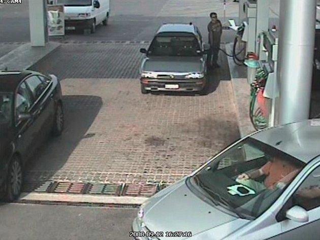 Snímek z bezpečnostní kamery, který zachytil muže při čerpání PHM