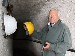 Do štoly v Komorní hůrce budou moci lidé vstoupit jen s ochrannou helmou. Ty první na začátek štoly už umístil i seismolog Milan Brož.
