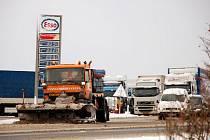 Silnice na Chebsku byly sjízdné se zvýšenou opatrností. Jedním z míst, kde se museli hlavně řidiči kamionů potýkat se sněhovou nadílkou, byl hraniční přechod Pomezí nad Ohří. Silničářům se ale podařilo situaci po krátké době vyřešit