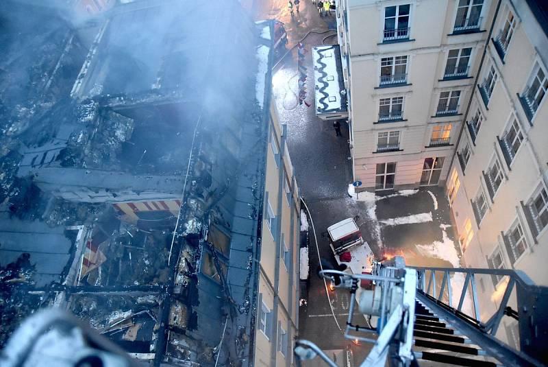 Z místa požáru hotelu.