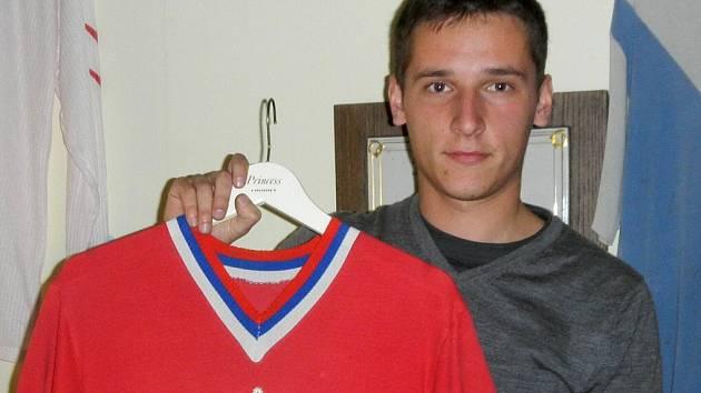 MICHAL OUŘADA s originálem dresu, ve kterém Hvězda v roce 1979 vybojovala historický postup do první ligy.
