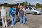 Téměř třicet nevidomých si o víkendu na chebském letišti vyzkoušelo, jaké to je řídit automobil. Autoškola Luděk Hrajnoha vyšla nevidomým vstříc a poskytla jim dva automobily.