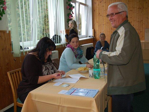 První volič do volební místnosti v Okrouhlé dorazil už krátce po jejím otevření. Volební obálky do urny vhodil Miloslav Kadlec, lídr kandidátky Za lepší spolužití  - Občané sobě.