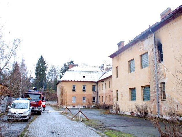 Při požáru bývalých kasáren na Zlatém vrchu v Chebu se jeden bezdomovec nadýchal kouře a skončil v chebské nemocnici