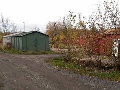 Plechové garáže u Švédského vrchu v Chebu, půjdou k zemi.