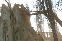Demolice kostela Povýšení svatého Kříže, který byl součástí kláštera Milosrdných sester svatého Kříže v Chebu, začala.