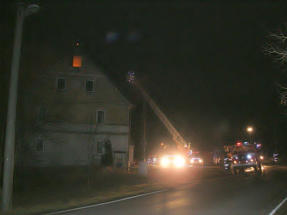Požár rodinného domu v Horní Vsi u Františkových Lázní v pátek 14. prosince večer