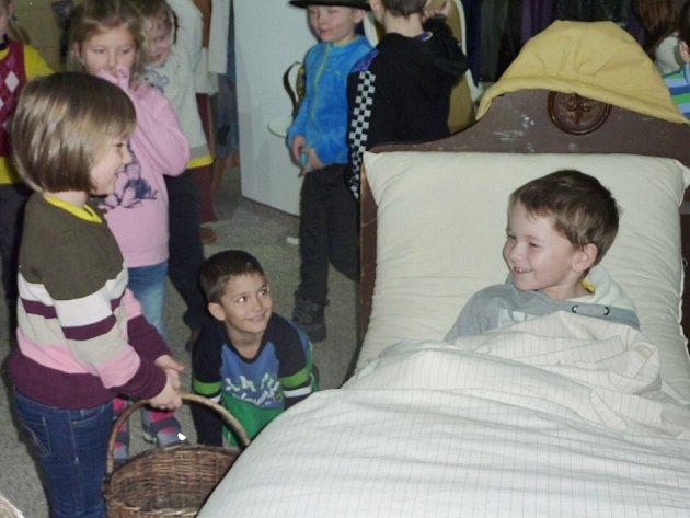 JAK se leželo Karkulčině babičce v posteli, si v rámci putovní výstavy Arabela v Mariánských Lázních mohly vyzkoušet i děti z Mateřské školy Vora.