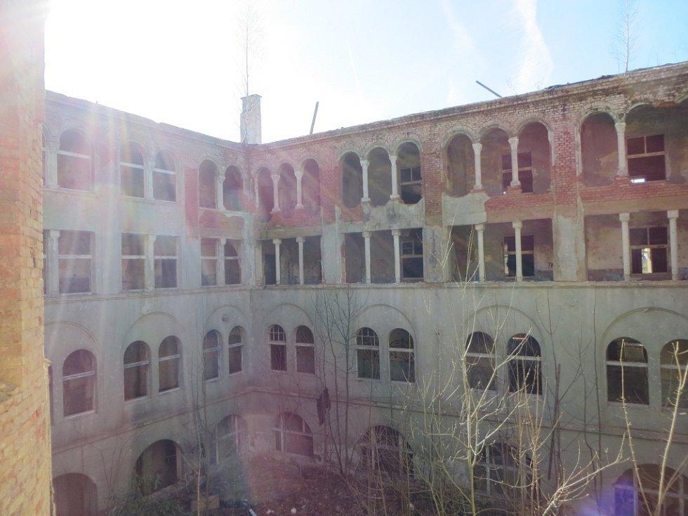 Demolice komplexu kláštera Milosrdných sester v Chebu.