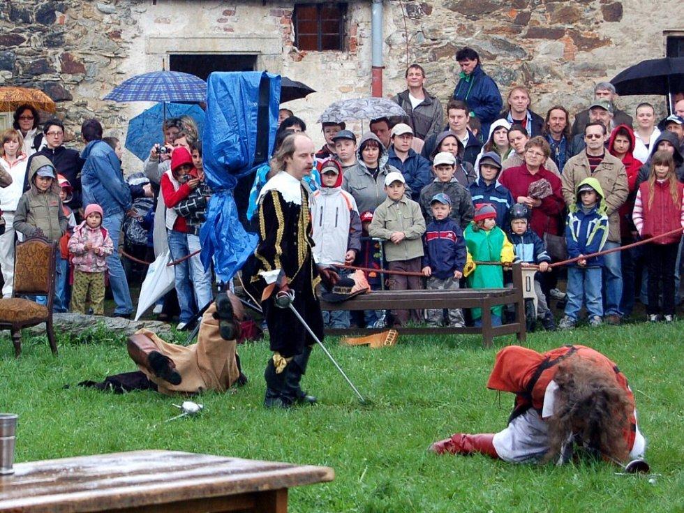 Otevírání Chebského hradu v podání skupiny historického a divadelního šermu Rectus