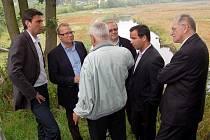 MINISTR ŽIVOTNÍHO prostředí Tomáš Chalupa (druhý zleva) projednával v Pomezí nad Ohří s dalšími odborníky problematiku obsahu sinic v chebské vodní nádrži Skalka.