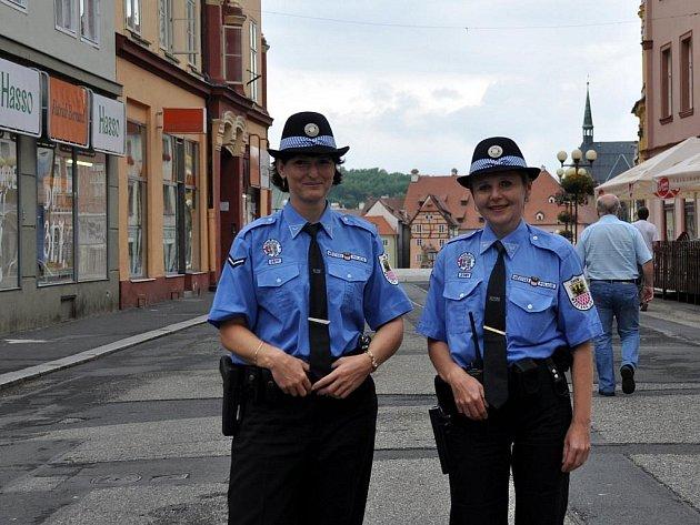 Chebské strážnice mají novou součást uniforem – slušivé kloboučky