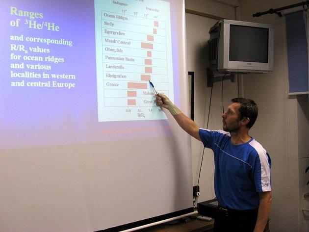 ZEMĚTŘESENÍ NA CHEBSKU je neustále pod dohledem odborníků. Na snímku ukazuje seismolog Aleš Špičák       z Geofyzikálního ústavu v Praze naměřené hodnoty Helia pod chebskou pánví