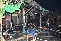 Na tržnici Svatý Kříž u Chebu vzplálo těsně po půlnoci na Nový rok několik stánků.