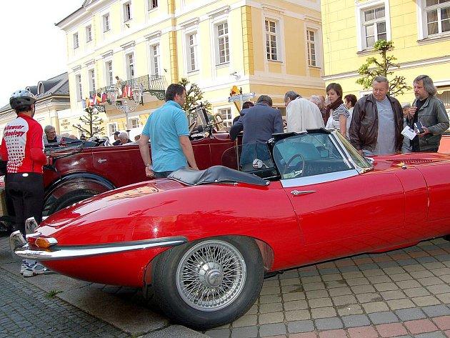 XIII. ročník Mezinárodní soutěže elegance historických vozidel se odehraje už v neděli 1. května na Národní třídě ve Františkových Lázních.