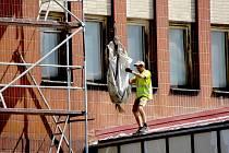 V tuto chvíli pracovníci stavební firmy opravují střechu hlavní budovy chebského nádraží.