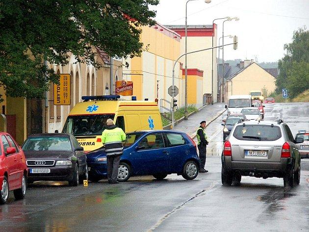 NEHODU v chebské Wolkerově ulici naštěstí odnesly jen plechy.