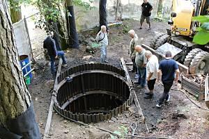 Výročí 270. let od narození slavného přírodovědce a básníka Johanna Wolfganga von Goethe oslavili vědci a horníci společně u vyhaslé sopky Komorní hůrka. Zároveň seismologové představili nově vykopanou šachtu v podzemí vulkánu.