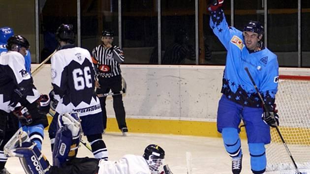 TOMÁŠ NOVÝ se raduje. Vstřelil branku a poprvé v zápase se hokejisté HC Cheb 2001 dostali do vedení. Domácí mužstvo zabojovalo a před dvěma stovkami diváků zvítězilo nad Vřesovou 4:2.