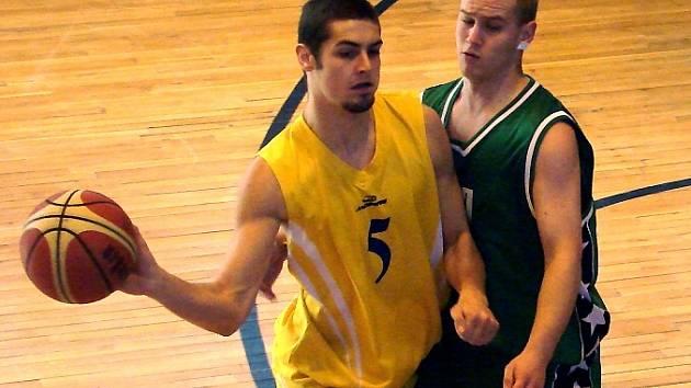 ROZEHRÁVAČ  Slovanu  Martin Mácha (vlevo) se snaží obejít svého sokolovského strážce.