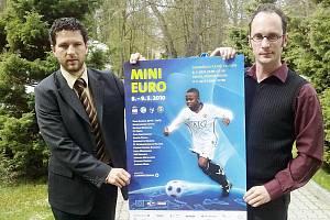 František Nedbalý a Gerald Prell (zleva) s plakátem blížícího se Mini mistrovství Evropy klubových celků mládeže.