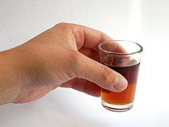 Zákaz prodeje alkoholu ve stáncích? Ne všude jej dodržují.