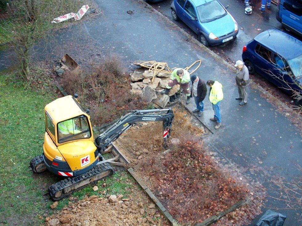 DVA DNY odstraňovali pracovníci plynárenské společnosti závadu na plynovém potrubí na chebském sídlišti Skalka. Aby se k místu dobře dostali, vyhloubili bagrem díru.