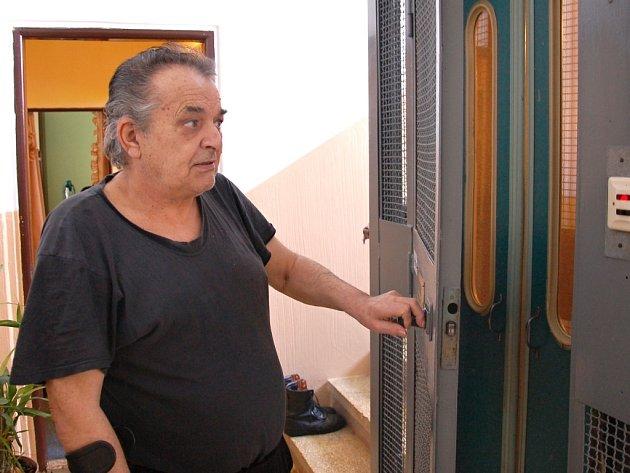 DŮCHODCE ROLF RUHFAUT z Chebu si život bez výtahu neumí představit. Ze čtvrtého patra panelového domu by se jen s obtížemi dostával ven.