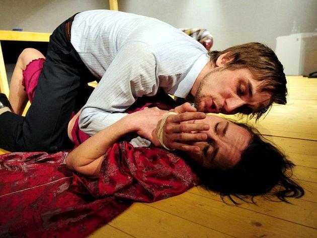 KRAJNÍ MEZE, příběh o znásilnění, se chystá premiérově dnes v klubu d. V hlavních rolích Petr Konáš a Radmila Urbanová
