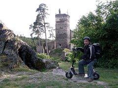MIROSLAV MONDEK S MOTOROVOU KOLOBĚŽKOU na zkušební jízdě pod hradem Gutštejn na Bezdružicku.