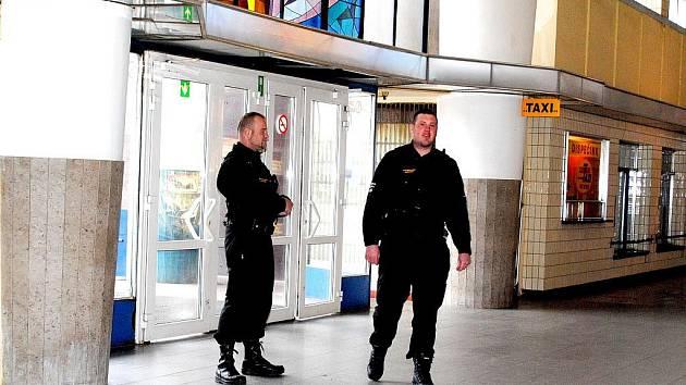PRACOVNÍCI bezpečnostní agentury Petr Hrkota (vlevo) a Miroslav Šimko dohlížejí na pořádek na chebském nádraží.