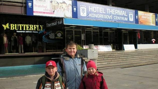 Dům dětí a mládeže Sova přichystal pro děti výlet do Karlových Varů. Děti si prohlédli sklárnu Moser, horké Vřídlo a projeli se lanovkou k rozhledně Dianě.