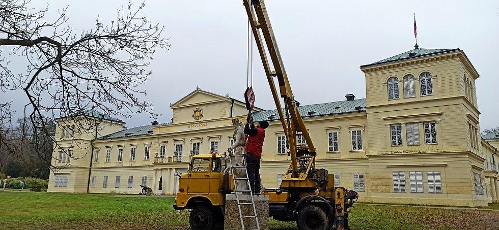 Litinová plastika už zamířila do ateliéru Jindřicha Kovaříka.