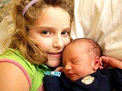 MAX TOTH se narodil v chebské porodnici v sobotu 25. ledna ve 13.08 hodin. Při narození vážil 3000 gramů a měřil 48 centimetrů. Z malého Maxíka se těší doma v Chodově sestřička Sárinka, maminka Vendulka a tatínek Libor.