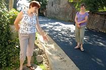 Vrásky na čele způsobilo třem sestrám Vrábelovým z Plesné vybudování zcela nové komunikace v Potoční ulici v Plesné.
